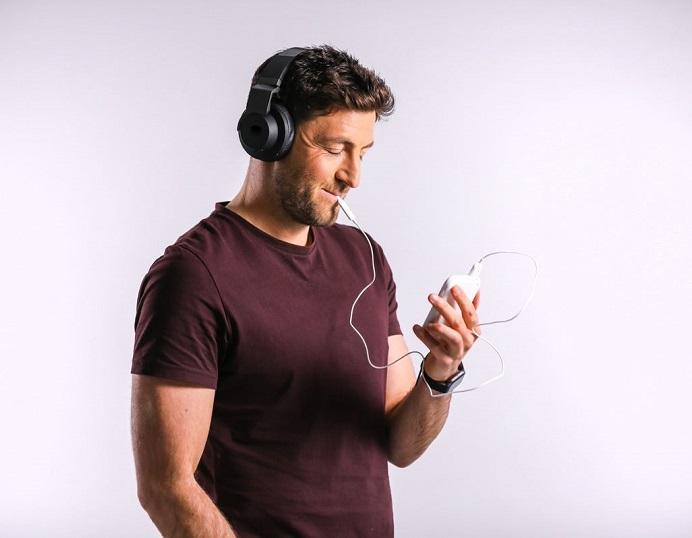 man using tinnitus treatment device